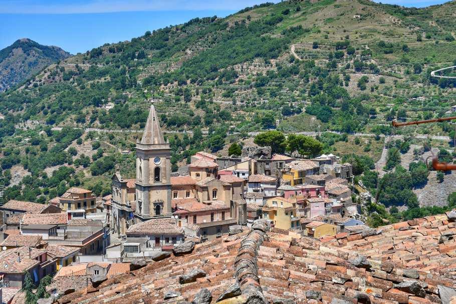 """""""novara di sicilia vista da sopra tetti delle case"""""""