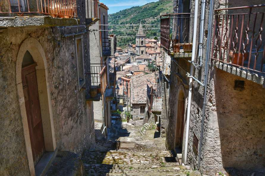 """""""scalinata in mezzo case antiche novara di sicilia"""""""