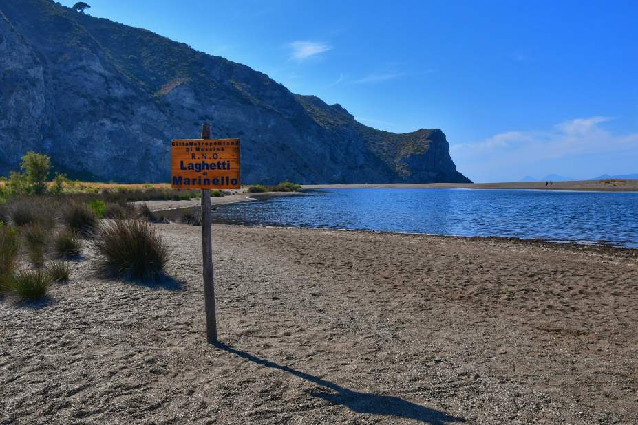 """""""cartello in legno sulla spiaggia con scritto laghetti marinello"""""""