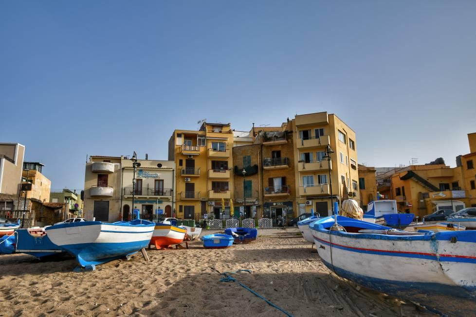 """""""barche pescatori sulla spiaggia e sullo sfondo le case di aspra"""""""