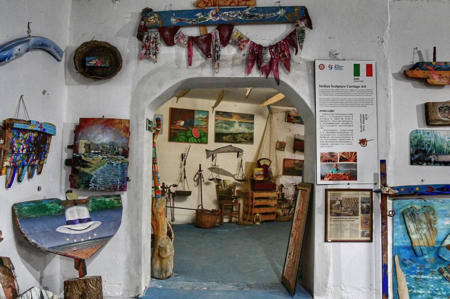 """""""sala interna museo acciughe con molti oggetti vari"""""""