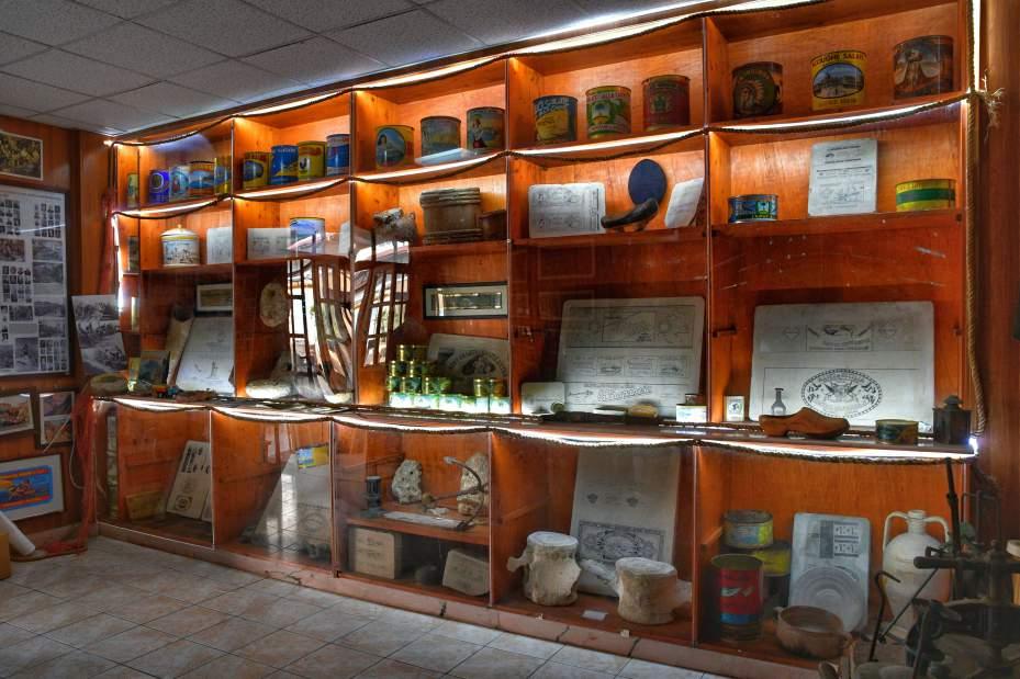 """""""sala museo con scaffali legno illuminato con faretti luce"""""""