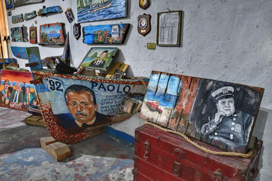 """""""opere d arte e la prua di una barca che ritraggono eroi che hanno combattuto contro la mafia in sicilia"""""""