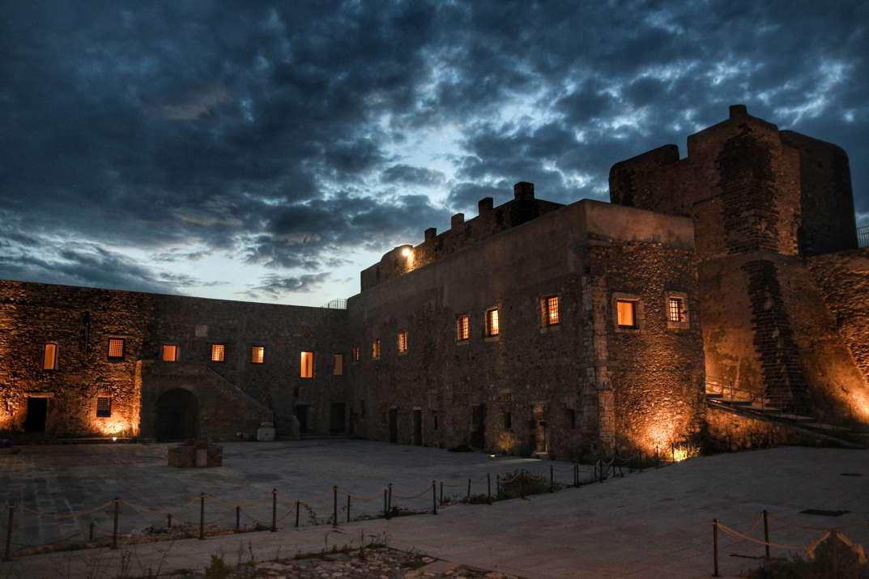 """""""cortile interno castello milazzo illuminato nella sera"""""""