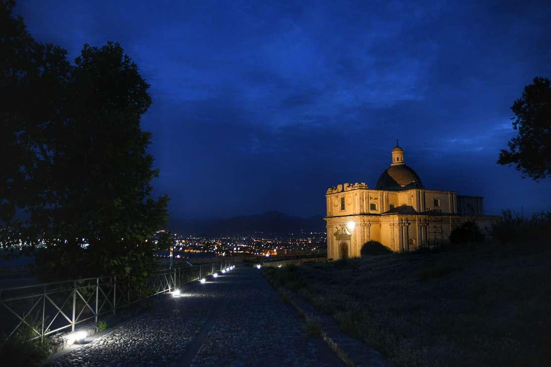 """""""chiesa interna al castello di milazzo illuminata di notte"""""""