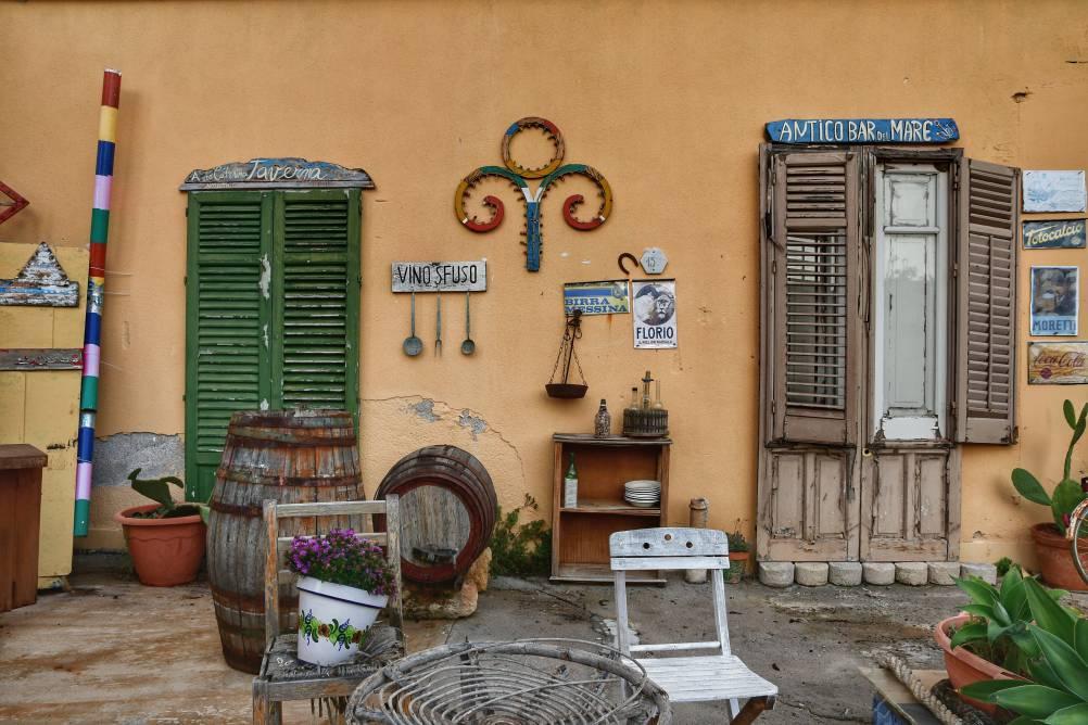 """""""ricostruzione spaccato vita siciliana una porta una finestra e molti oggetti"""""""