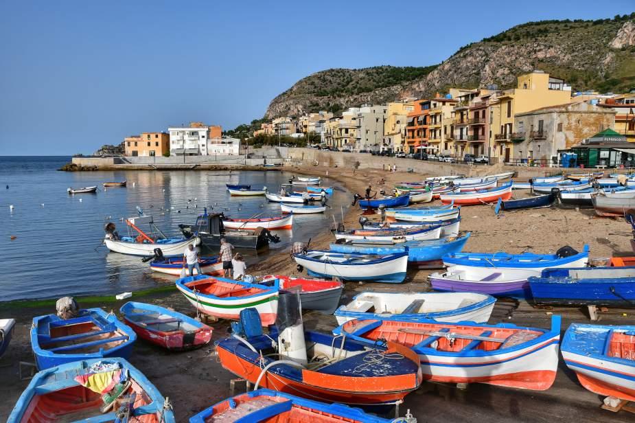 """""""molte barche in legno pescatori borgata di aspra a bagheria sicilia colorate bianco rosso azzurro"""""""