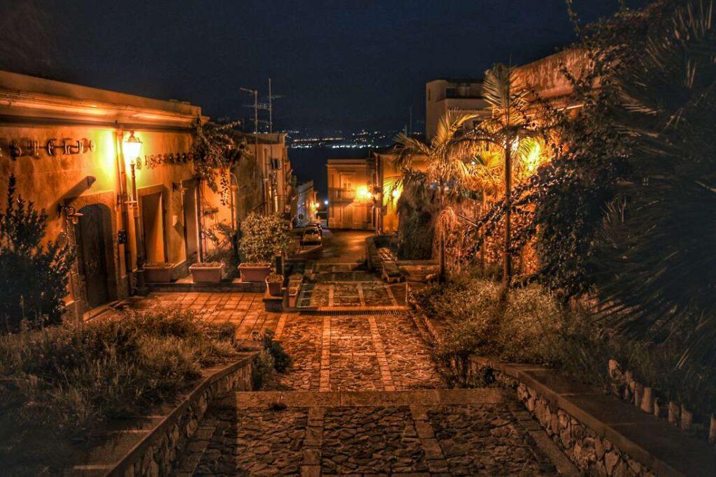 """""""borgo antico di milazzo di notte case di pietra con scalinata a scendere"""""""