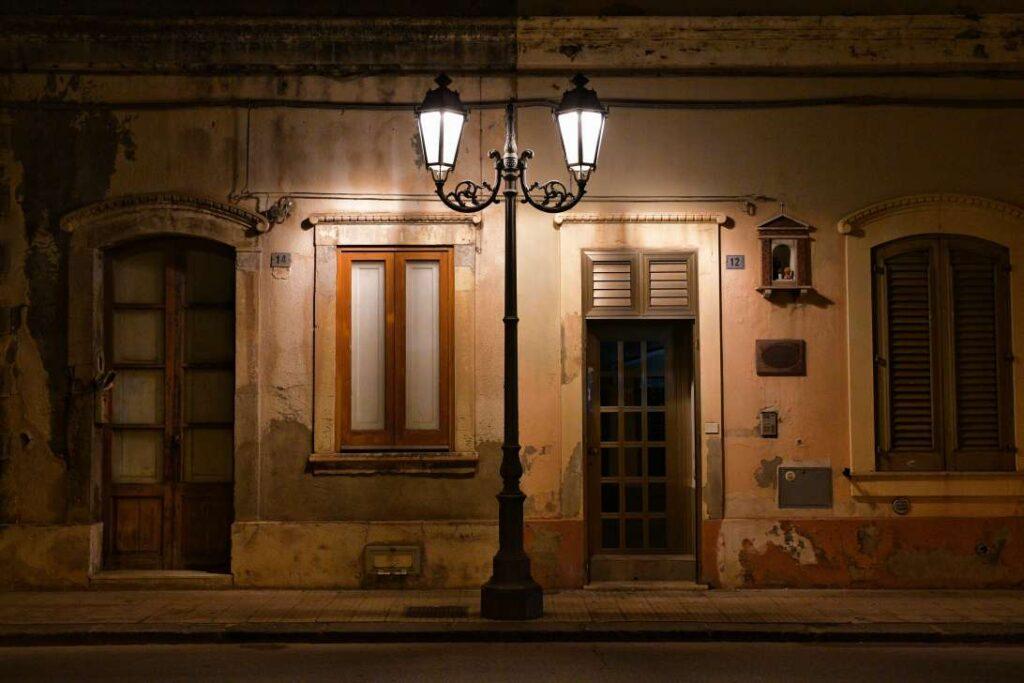 """""""edifico illuminato da lampione centro milazzo piazza roma"""""""