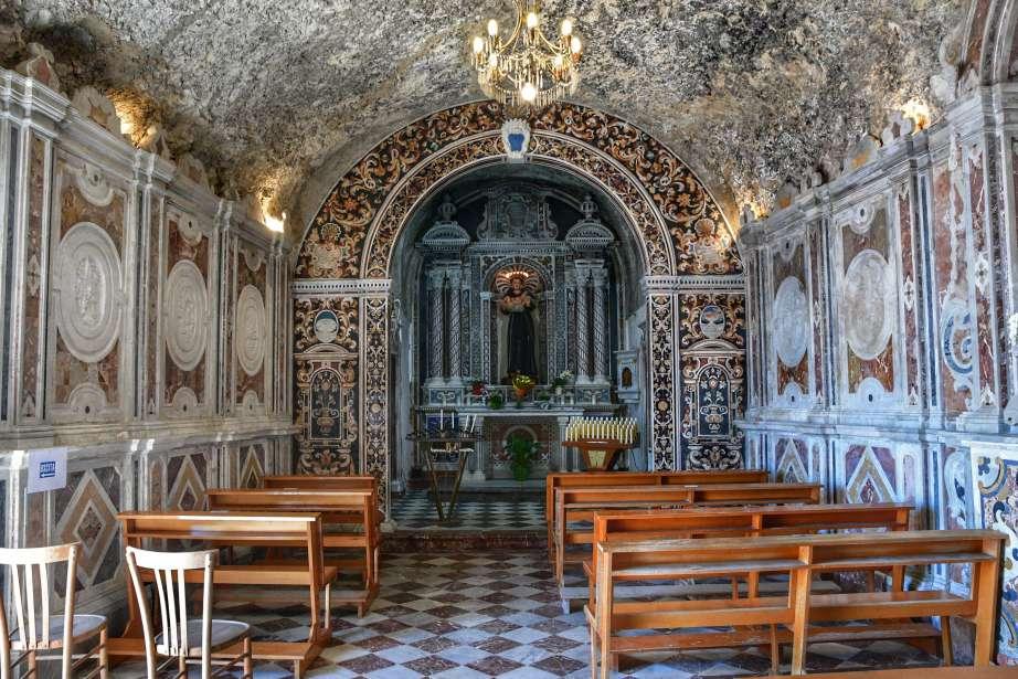 """""""interno santuario san antonio milazzp panche in legno e arazzi sulle pareti"""""""