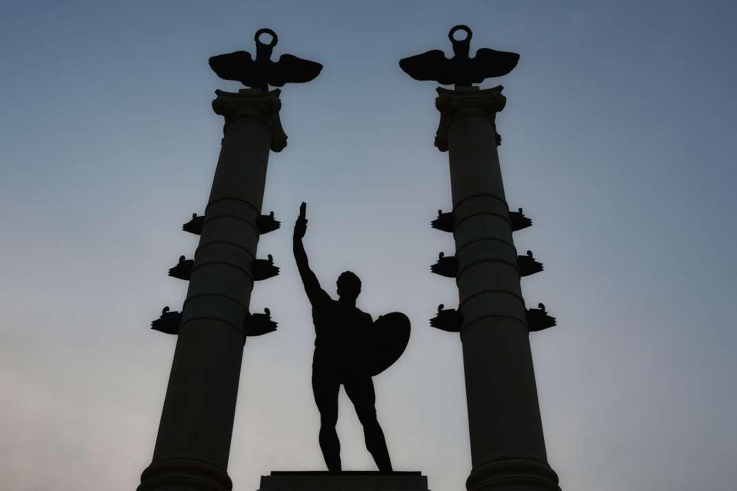 """""""monumento ai caduti milazzo guerriero con spada in mezzo a due obelischi in controluce"""""""