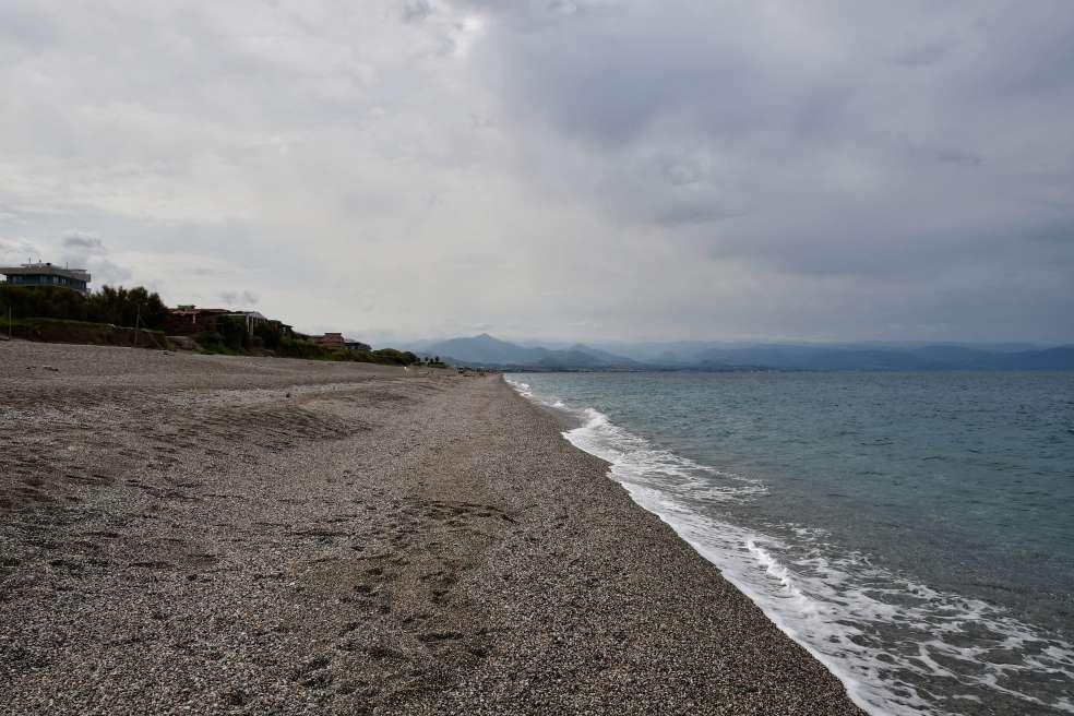"""""""spiaggia milazzo ciotoli e cielo nuvoloso"""""""