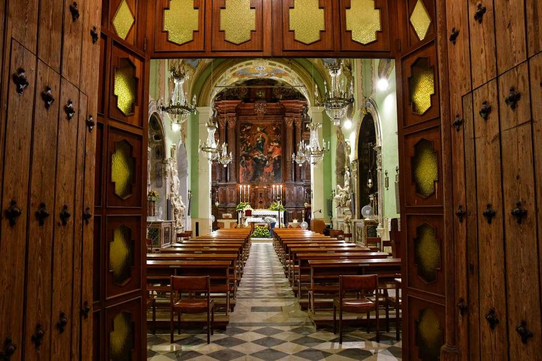 """""""ingresso della chiesa santissimo crocifisso vista dal portone entrata"""""""