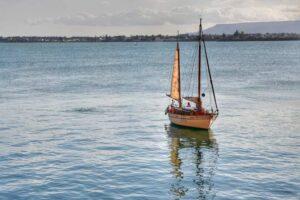 """""""barca vela riposa tranquillamente nella baia di siracusa ortigia"""""""