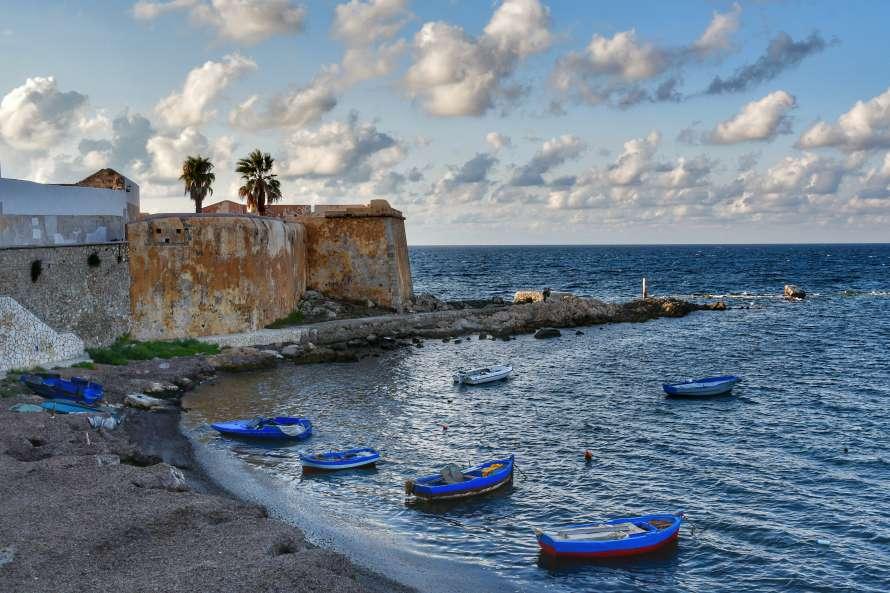 """""""spiaggetta sotto le mura di trapani con barche da pesca mare calmo"""""""