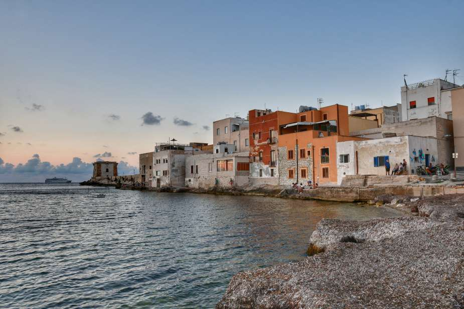 """""""vista case sul mare da piazzetta durante tramonto"""""""