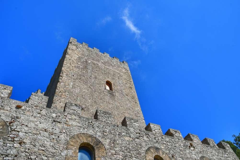 """torre del castello in pietra grigia"""