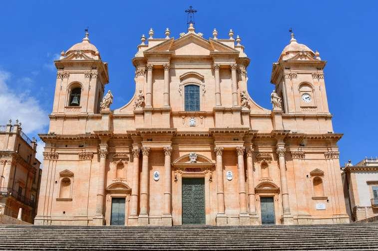 """""""esterno della maestosa cattedrale noto a tre navate con scalinata maestosa tre rampe"""""""