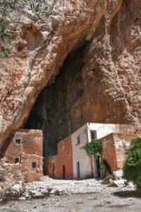 """grotta mangiapane custonaci foto verticale vecchie case colorate dentro grotta"""