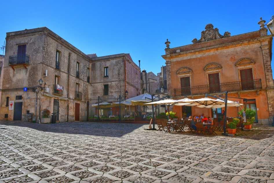 """piazzetta erice due palazzi antichi e gazebo bar all aperto"""
