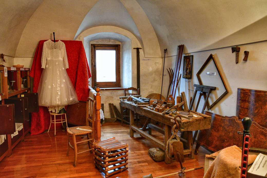 """""""ricostruzione stanza nel convento con utensili da lavoro antichi"""""""