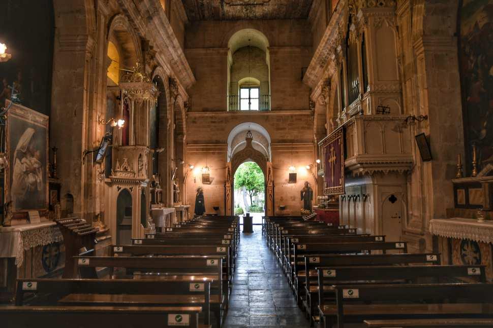 """interno chiesa nel giardino ibleo a ragusa"""