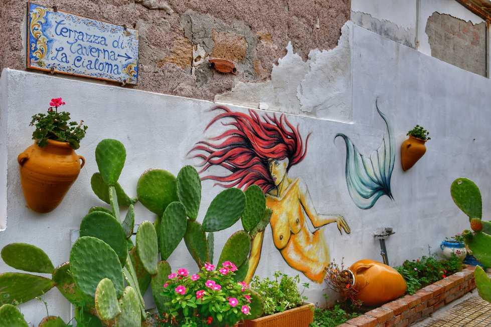 """""""murales con una sirena e molti fiori marzamemi"""""""