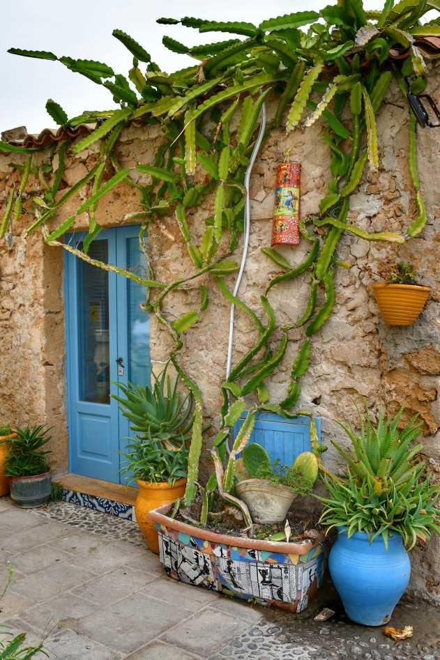 """""""una casa pescatori a marzamemi con porta azzurra e fiori"""""""