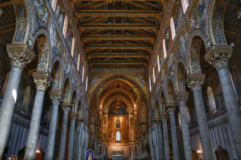 """""""interno duomo monreale con lunghe colonne laterali e molto mosaici dorati"""""""