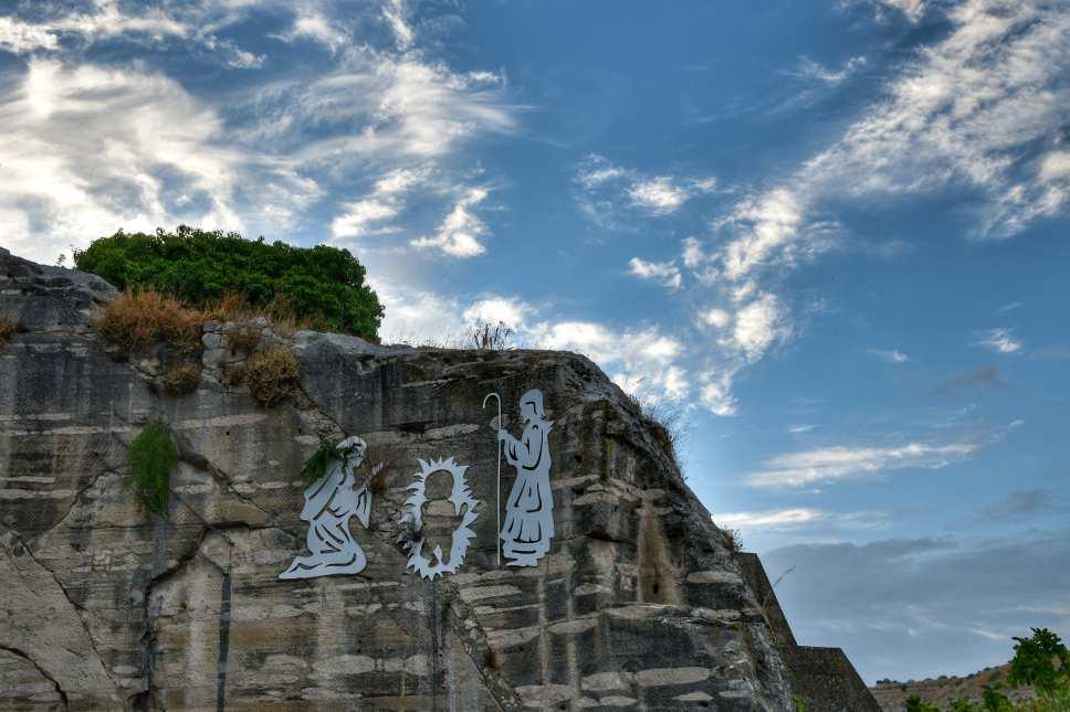 """""""il presepe appeso alla parete della montagna in ingresso a ragusa"""""""