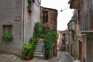 """""""sicilia veduta strada interna di geraci siculo con una scalinata fiorita"""""""