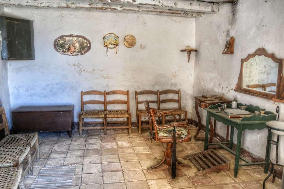"""""""arredo interno di antico barbiere con sedie seggiolone e specchio"""""""