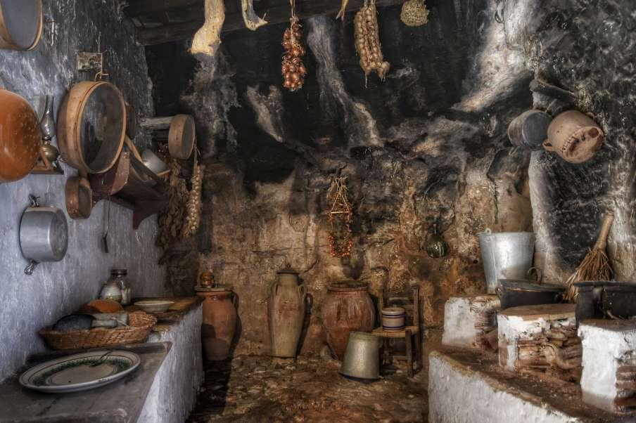 """""""interno di antico magazzino con suppellettili"""""""
