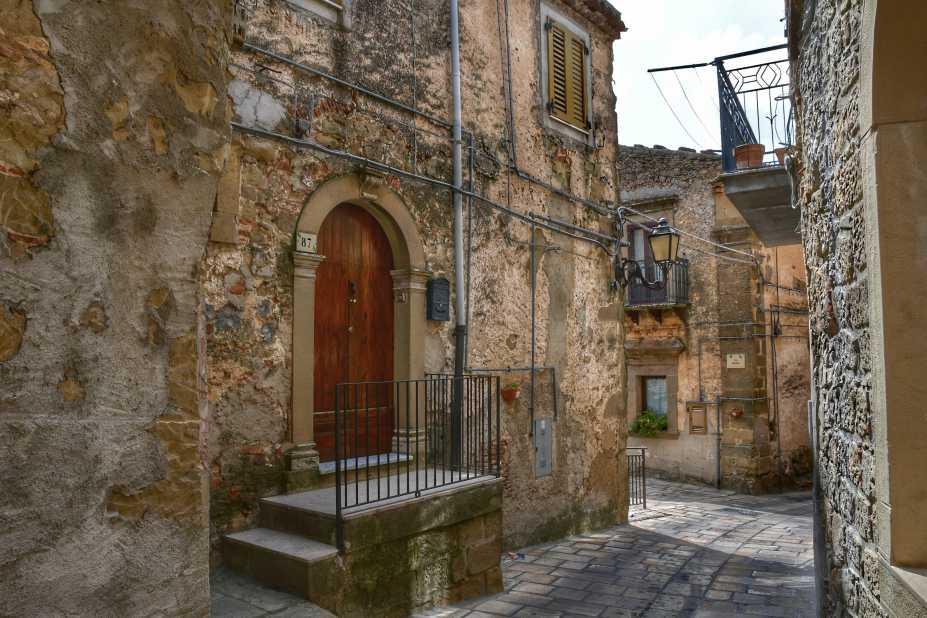 """""""troina sicilia centro storico portone di una casa antica"""""""