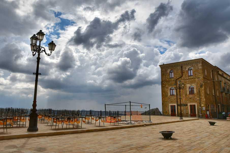"""""""troina scorcio della piazza conte ruggero giornata con grossi nuvoloni grigi"""""""