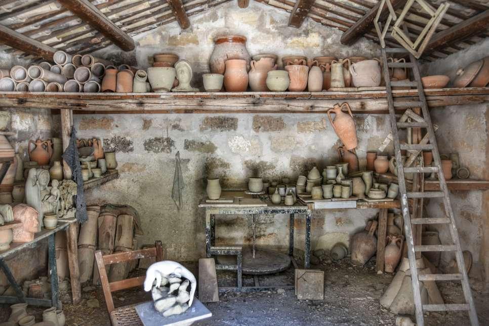 """""""antico negozio pieno vasi di terracotta"""""""