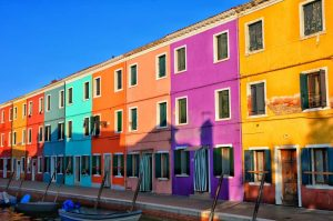 """venezia burano veduta case colorate allineate lungo canale"