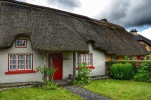 """""""irlanda casa in paese con tetto paglia infissi colorati"""""""