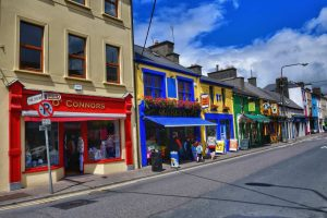 """irlanda paese case colorate in strada"""