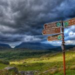 """irlanda paesaggio montagne con cartello indicazioni"""