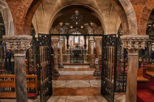 """modena basilica interno cripta"""